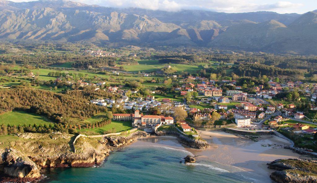Paisaje de Llanes un pueblo costero de Asturias