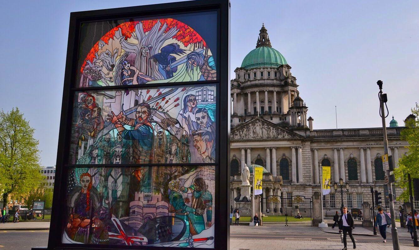 Imagen de la vidriera The Glass of Thrones delante del Ayuntamiento de Belfast
