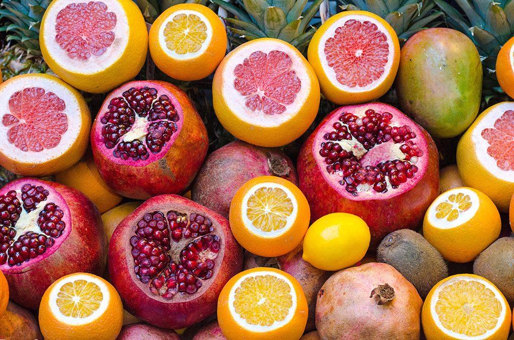 frutos rojos y naranjas